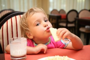 eb5a49f56bf978e8_toddler_at_restaurant_shutter.preview